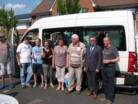 Ingebruikname rolstoelbus voor volwassenen met verstandelijke beperking in de Van der Natstraat, Rijnsburg