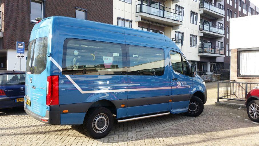 Nieuwe rolstoelbus voor Stichting Recreatie en vervoer Oegstgeest